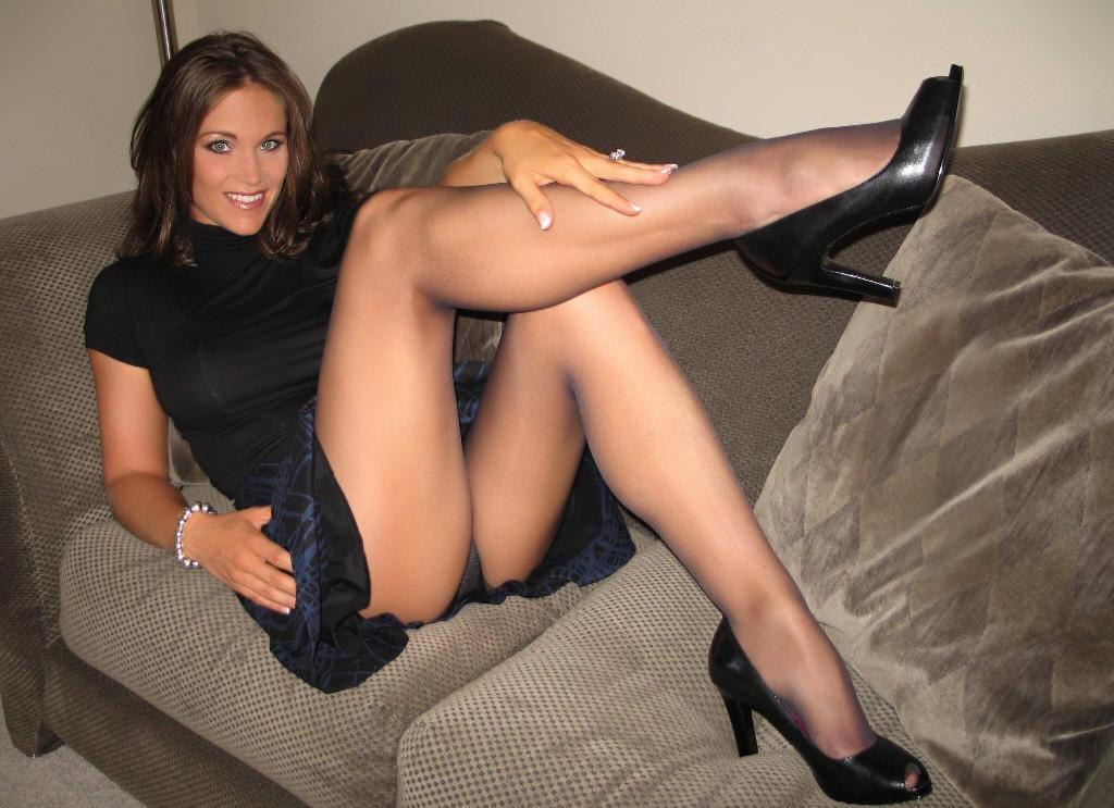 Mature mom opens the legs
